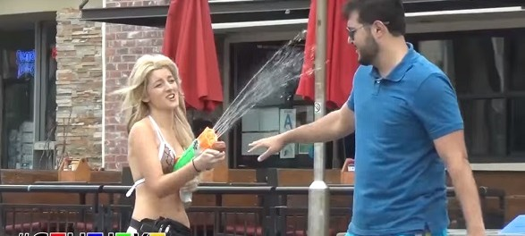 Блондинка в бикини начала обливать американцев водой. Реакция оказалась крайне забавной