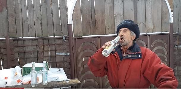 Русский мужик выпил три бутылки водки за три залпа. Смотрите что случилось потом (видео 18+)