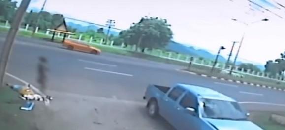 Душа женщины покидает ее тело после аварии: в сеть выложили странное видео