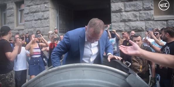 Беспорядки в Харькове 20 июня. Столкновения и чиновник в мусорном баке (видео инцидента)