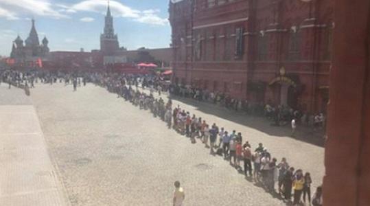 К Мавзолею Ленина выстроились гигантские очереди. Туристы массово идут смотреть на труп Ильича