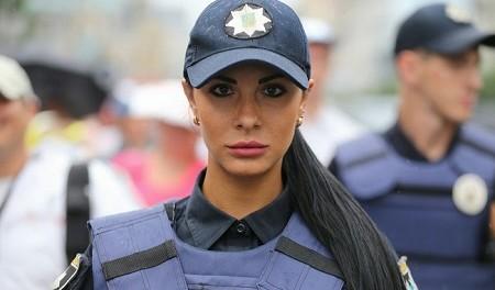 Сотрудница полиции Украины Людмила Милевич одела микрошорты и засветила ягодицы