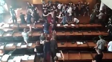 В горсовете Конотопа депутаты и титушки устроили массовую драку
