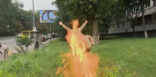 В Киеве бывший военный ВСУ поджег себя в прямом эфире 18+