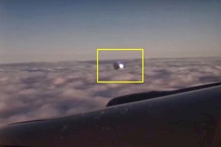 Пассажиру удалось заснять НЛО который преследовал самолет (видео факт)
