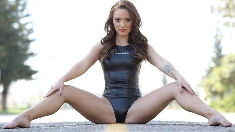 Чем рискуют девушки в закрытых купальниках с открытой попой (26 фото)