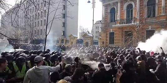 Бои под АП. У силовиков три пострадавших (видео столкновений)