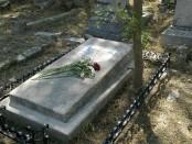 Как происходит уход за могилой - когда ходить на кладбище