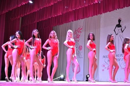 Студентки из западной Украины эффектно сверкали ягодицами на конкурсе красоты