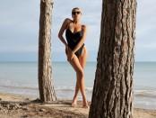 Горячая блондинка Маргот заснята на пляже со всех ракурсов (12 фото)