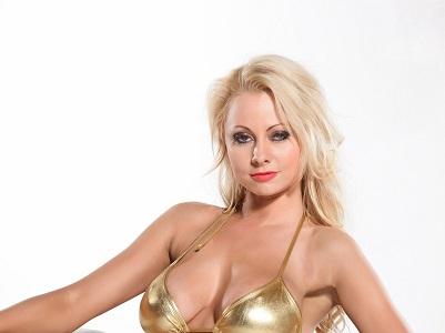 Джен Мари начала горячими снимками в золотистом бикини, закончила голыми грудьми (45 фото)