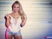 Горячая блондинка Ханна Клейдон порадовала пышной грудью с разных ракурсов (34 фото)