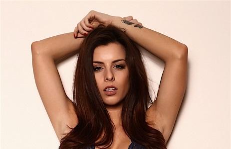 Брюнетка модель Рае позировала топлес в профессиональной студии (29 фото)