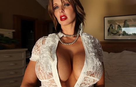 Шокированы все - Бренди Роббинс слегка переборщила с размером груди (30 фото)