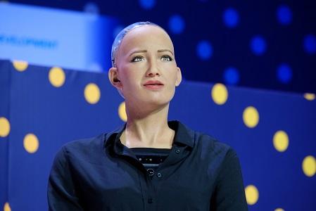 Пообещавшая уничтожить людей робот София стала первым в мире роботом, получившим гражданство