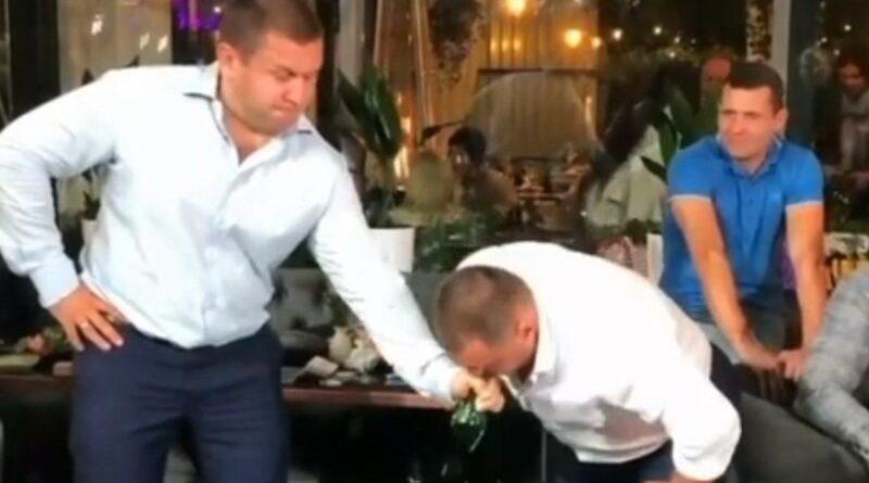 СЕНСАЦИЯ. Русский мужик разбивает бутылки силой дыхания (видео факты в наличии)