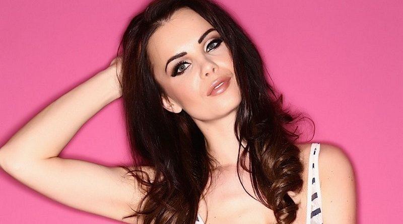 РАЗДЕТАЯ Эмма Гловер появилась на розовом фоне с ГОЛЫМИ грудьми (35 фото)