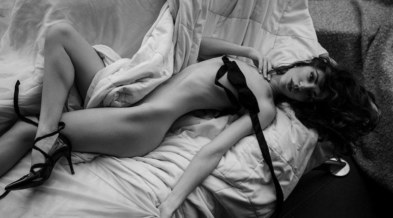 Лиза Егорова искусно ОГОЛИЛА формы в чёрно-белой фотосессии (10 фото)