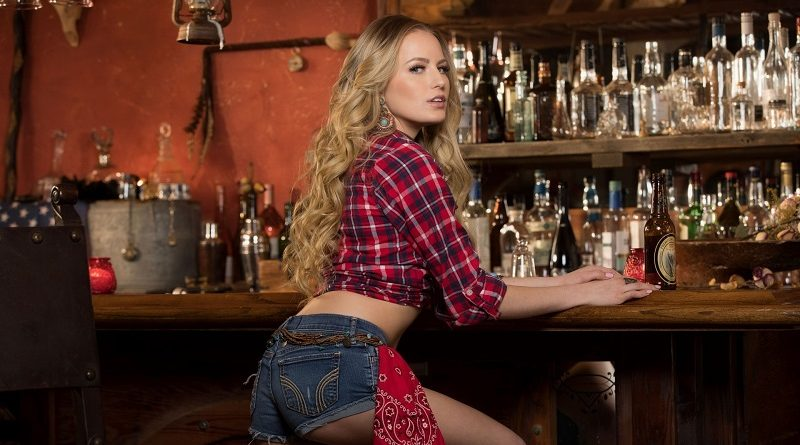 Горячая блондинка Скарлет Сейдж разделась за барной стойкой для Playboy (28 фото)