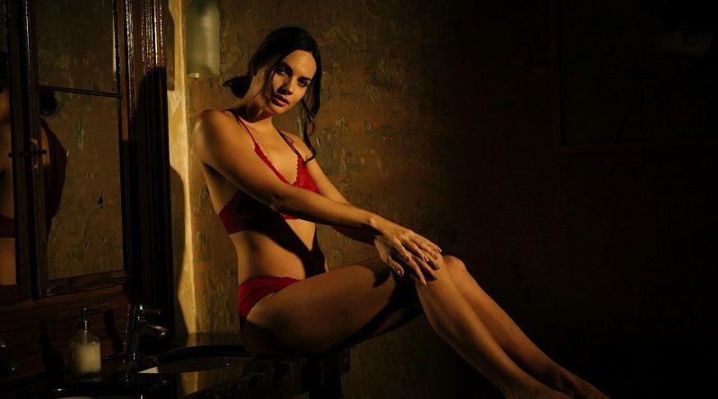 Модель Флора Гарай полностью голой позировала для Playboy в тёмных тонах (45 фото)