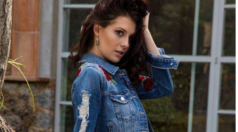 Во время съёмок для Playboy Джесси Фирс осталась в одних сапогах (21 фото)