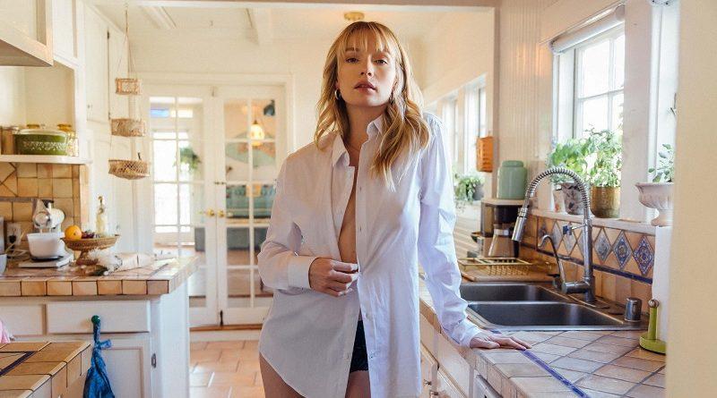 Эшли Нэш открыла грудь для Playboy находясь на кухне (32 фото)