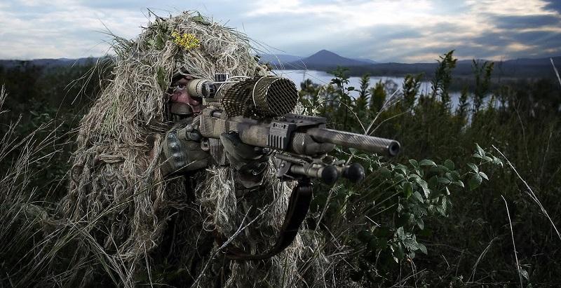 Снайпер в осеннем лесу на ближней дистанции. Попробуйте вычислить стрелка