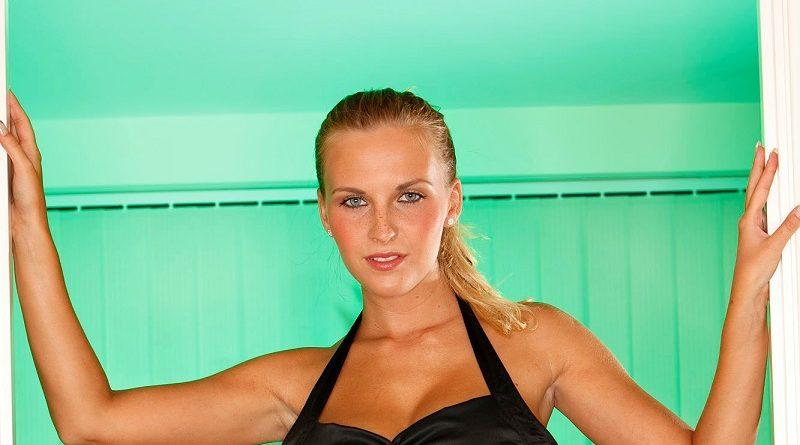 Маркета Печхова провела эффектные съёмки на салатовом фоне (103 фото)